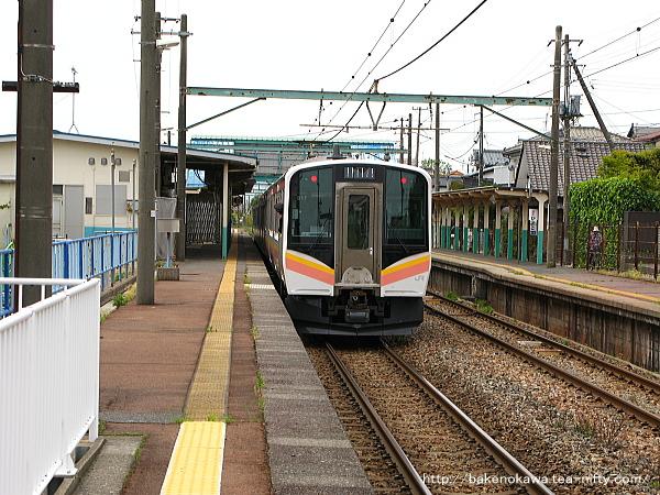 小針駅から出発するE129系電車