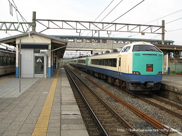 坂町駅から発車する485系電車特急「いなほ」