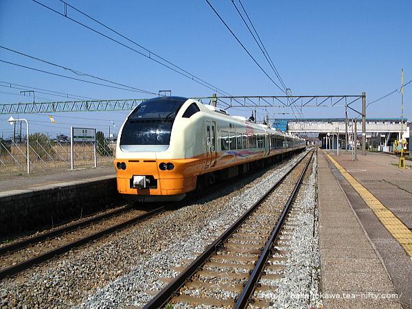 坂町駅に停車中のE653系電車特急「いなほ」
