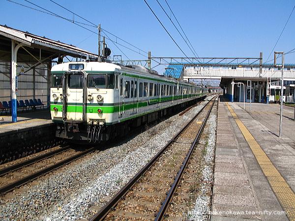 坂町駅に停車中の115系電車