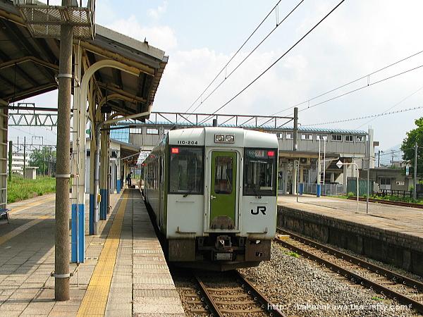 坂町駅に停車中の快速「べにばな」