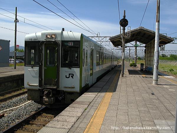 坂町駅に進入する快速「べにばな」