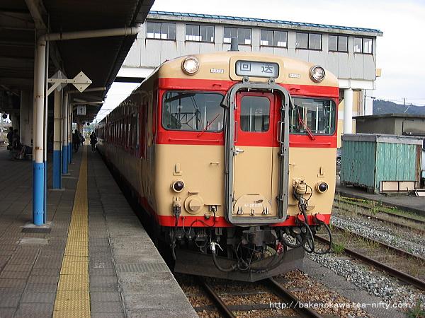 坂町駅で回送待機中のキハ58系気動車