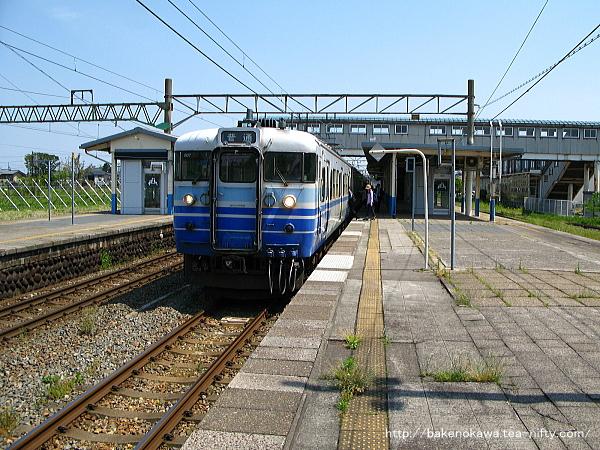 坂町駅を出発する115系電車