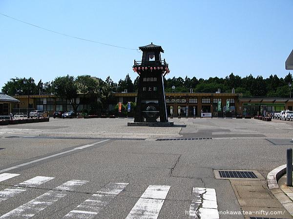 村上駅駅舎と駅前広場の様子