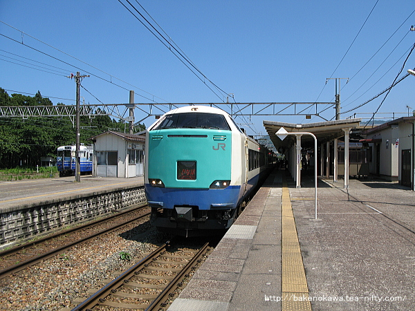 村上駅に停車中の485系電車特急「いなほ」その二
