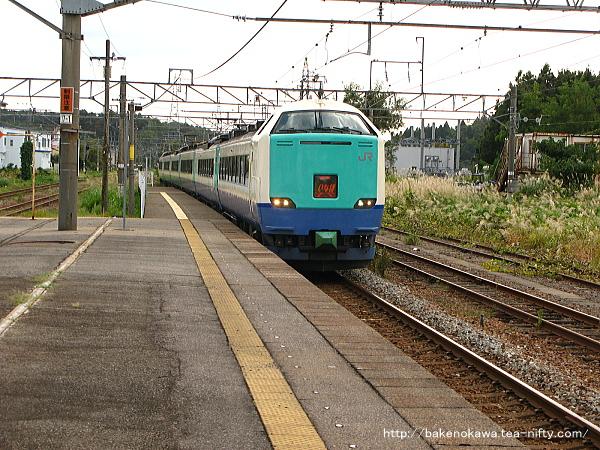 村上駅に進入する485系電車特急「いなほ」
