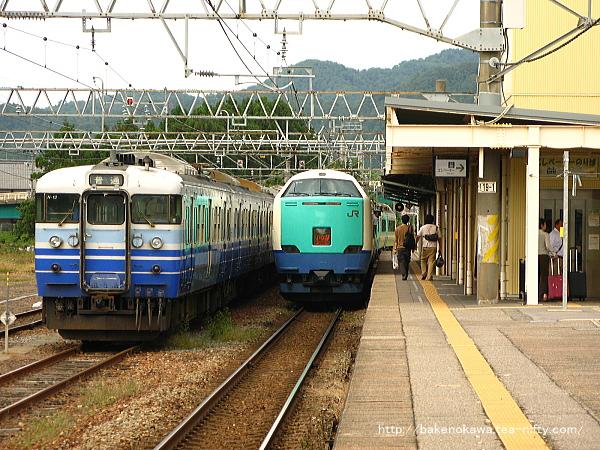 村上駅を出発する485系電車特急「いなほ」
