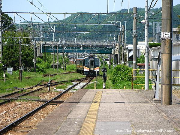 留置線から転線して1番線に入るE129系電車