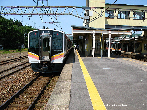 村上駅に到着したE129電車