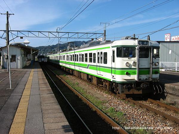 村上駅を出発する115系電車その一