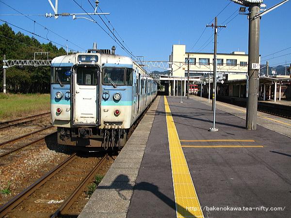 村上駅に到着した115系電車