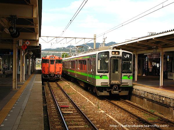 村上駅に停車中のE127系電車