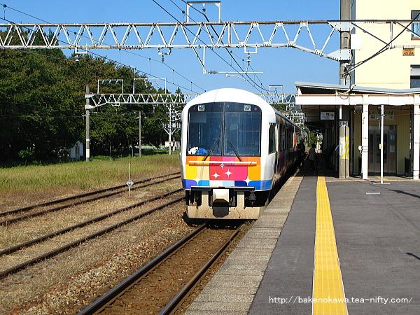 村上駅を出発する快速「きらきらうえつ」