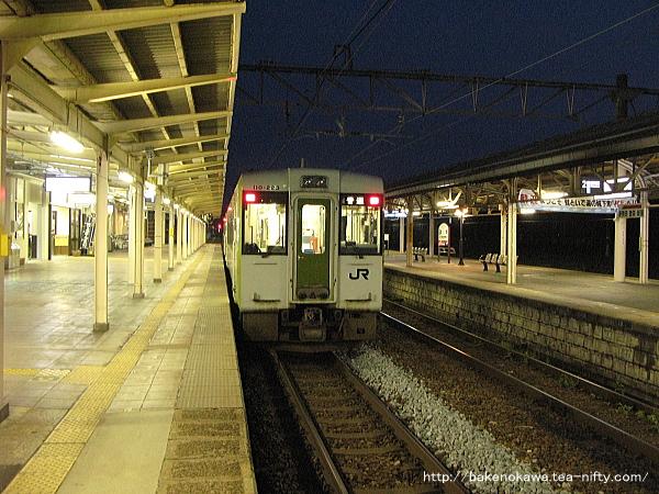 村上駅に停車中のキハ110系気動車