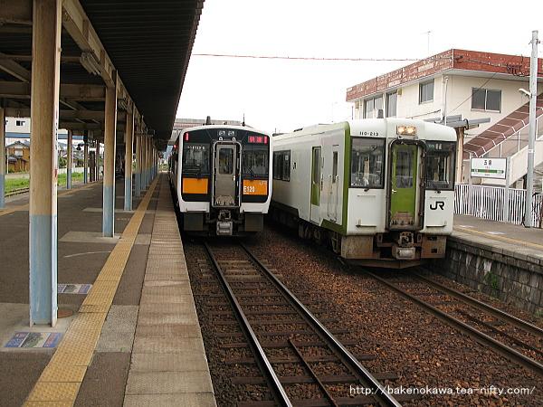 五泉駅で列車交換を行うキハ110系気動車とキハE120気動車快速「あがの」