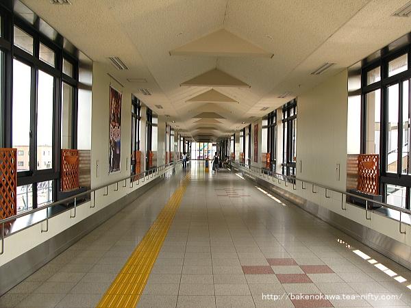 駅の東西を結ぶ自由通路の様子
