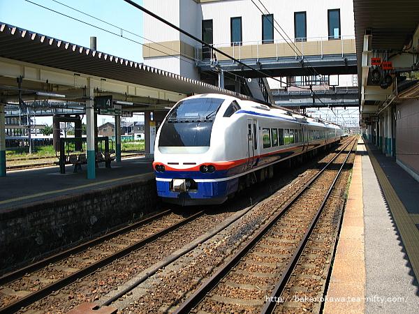 新津駅に停車中のE653系電車特急「しらゆき」
