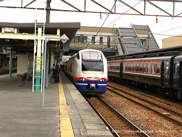 新津駅から出発するE653系電車特急「しらゆき」