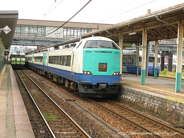 新津駅から出発する485系電車特急「北越」