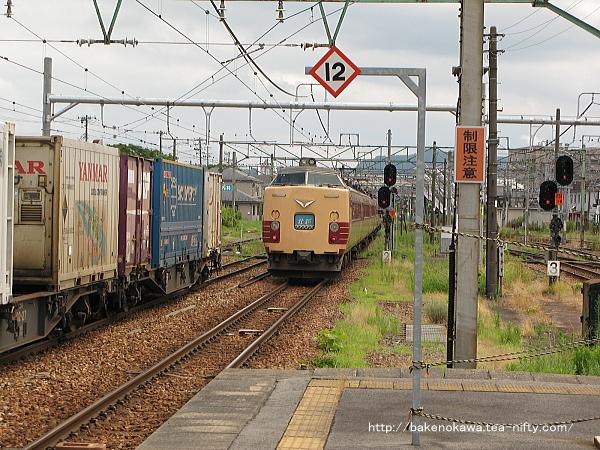 新津駅を出発した485系電車特急「北越」その2