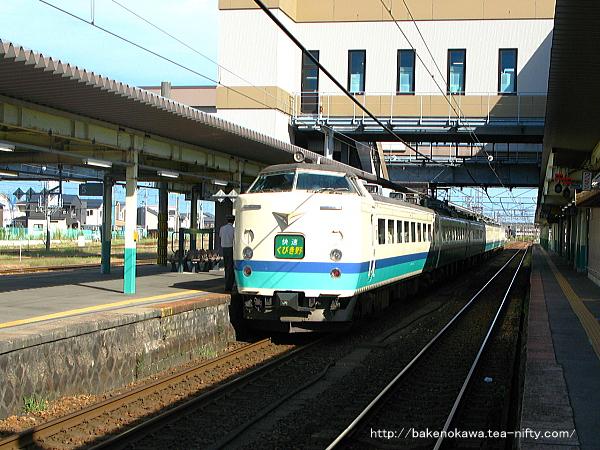 新津駅に停車中の485系電車快速「くびき野」