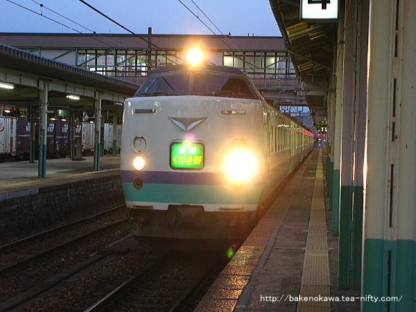 新津駅から出発する485系電車快速「くびき野」
