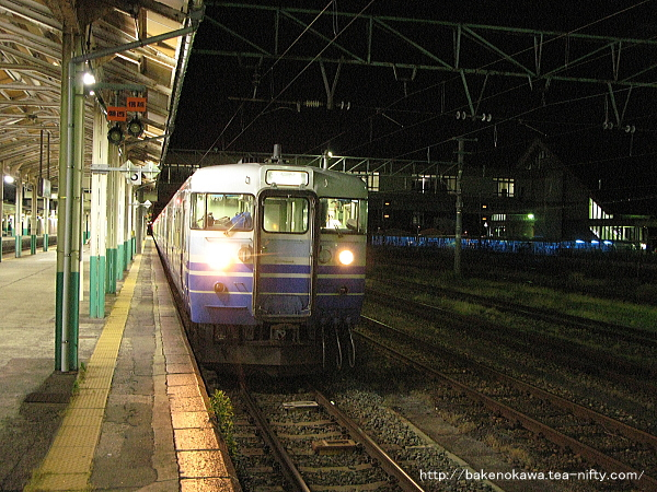 新津駅に停車中の115系電車