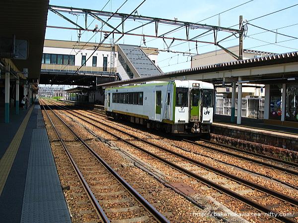 新津駅に到着したキハ110形気動車