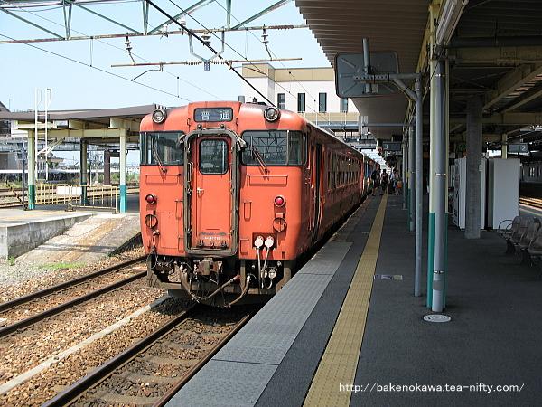 新津駅に停車中のキハ40系気動車