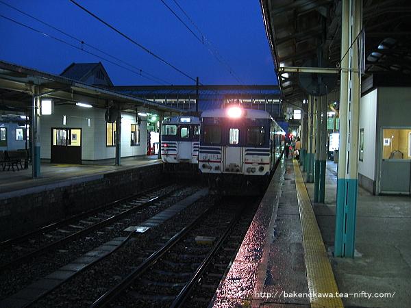 ;新津駅で待機中のキハ52形気動車