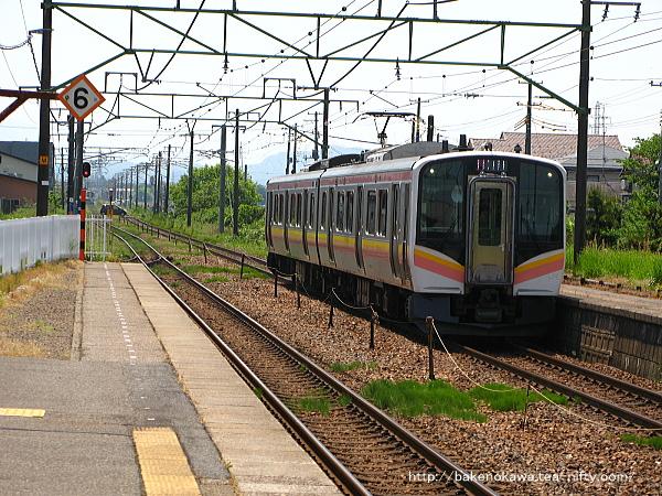 荻川駅に進入するE129系電車