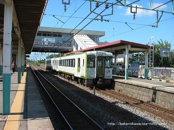 荻川駅に停車中のキハ110系気動車