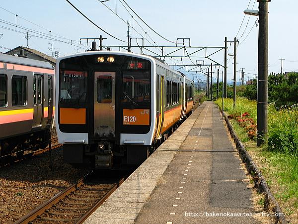 荻川駅に進入するキハE120形気動車