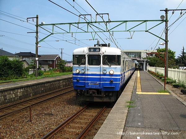 荻川駅に停車中の115系電車