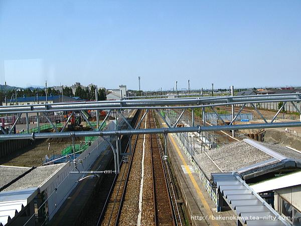 跨線橋上から見た改築中の構内の新発田方
