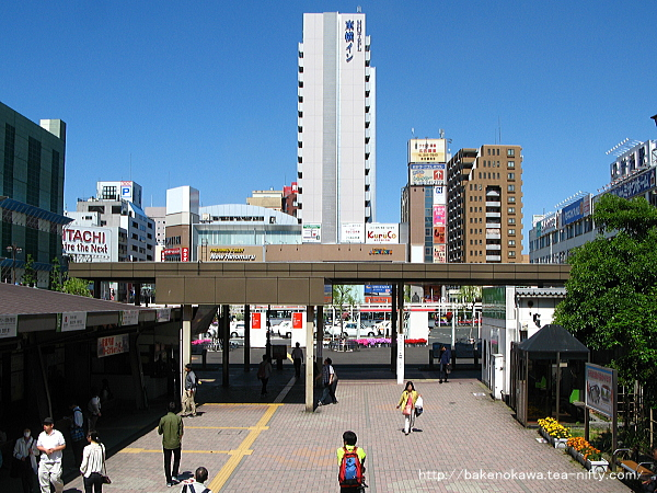 駅の南北を結ぶ自由通路の西側出入り口から見た万代口の様子