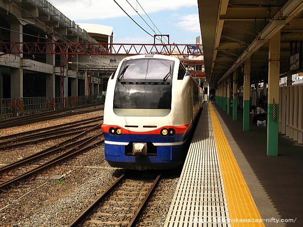 新潟駅で待機中のE653系電車特急「しらゆき」その2