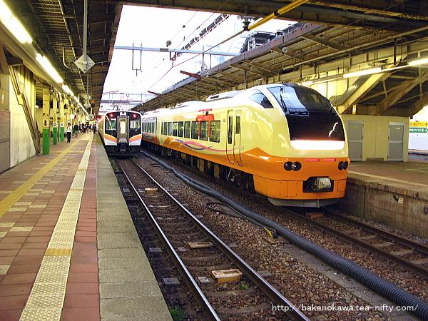 新潟駅で待機中のE653系電車特急「いなほ」