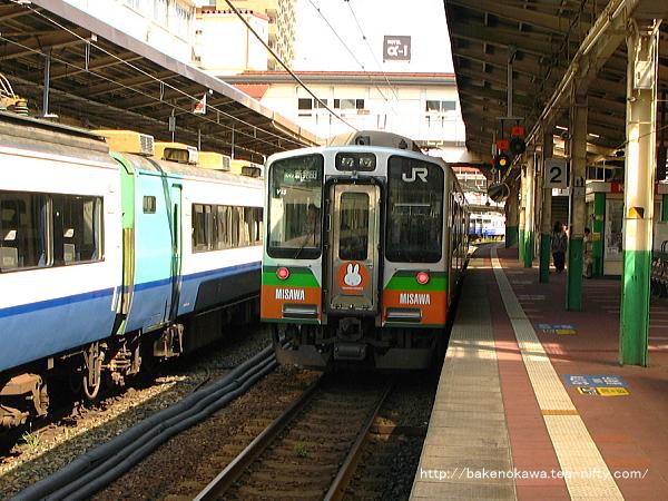 新潟駅で待機中のE127系電車