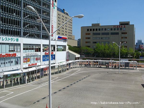 自由通路上から見た駅南口バス乗り場