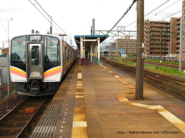 東三条駅で待機中のE129系電車