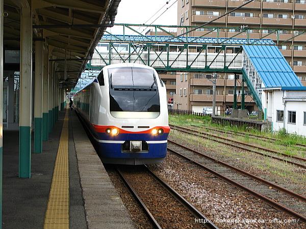 東三条駅を出発するE653系電車特急「しらゆき」