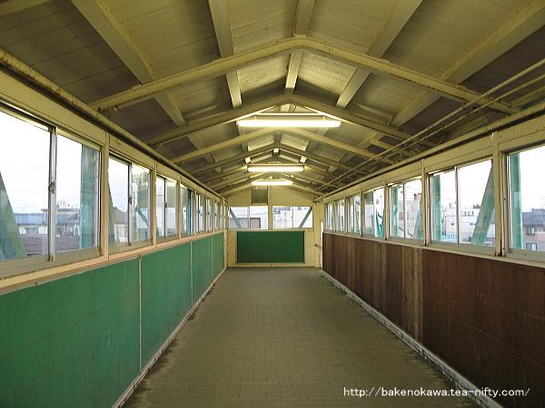 燕駅の跨線橋