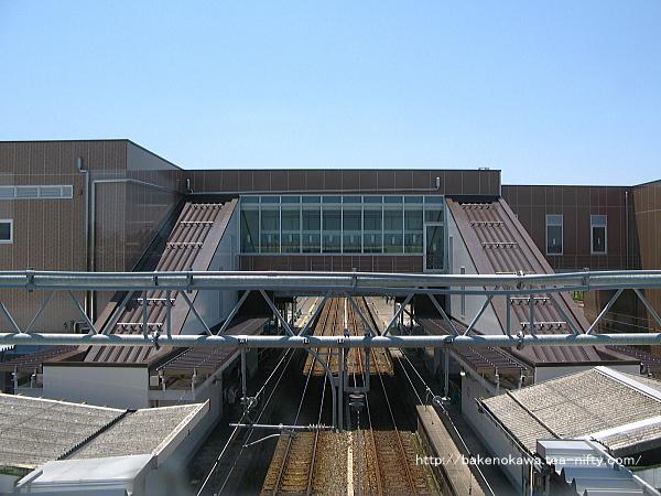 跨線橋上から見た完成直前の中条駅新駅舎