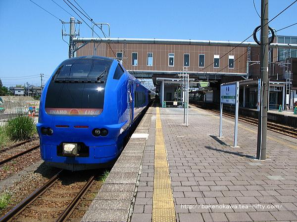 中条駅に停車中のE653系電車特急「いなほ」その2