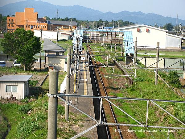 新津方の陸橋上から俯瞰で見た中浦駅の全景その1