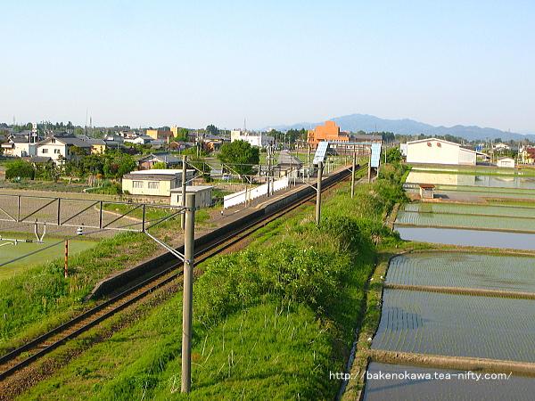 新津方の陸橋上から俯瞰で見た中浦駅の全景その2