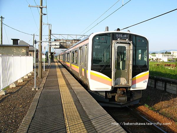 中浦駅に到着したE129系電車