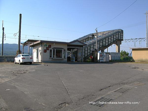 月岡駅駅舎の様子